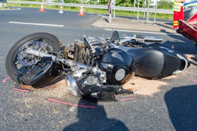 <p>Ein Auto und zwei Motorräder waren in den Unfall verwickelt.</p>