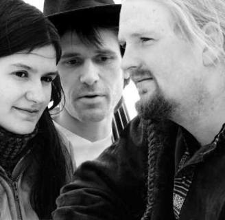 """Das Trio """"Strömkarlen"""" zelebriert mit Fiddel, Gitarre und Kontrabass sinnlich-melancholische Lieder und Tänze im Konzert am Sonntag um 19.30 in der Markuskirche in Chemnitz."""