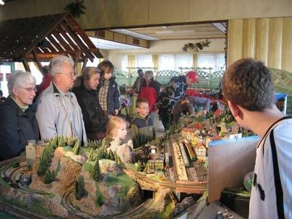 Im Elsterberger Burgkeller gibt's am Wochenende eine Miniaturwelt zu sehen. Geöffnet ist die Modellbahnschau am Samstag und Sonntag jeweils von 10 bis 12 und 13 bis 17 Uhr.
