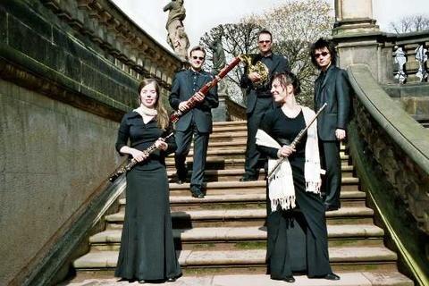 """Am Samstag um 16 Uhr ist das Bläserquintett """"Quintetto a fiato"""" in der Kirche in Niederdorf zu Gast. In der Reihe """"Ankommen – Kirche einmal anders"""" spielen sie sowohl romantische Werke als auch lateinamerikanische Tänze."""