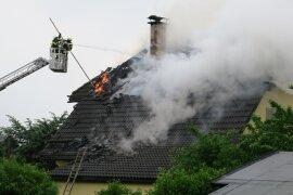 <p>Nach ersten Informationen ging das Dach an der Straße am Höhenblick durch einenBlitzeinschlag in Flammen auf.</p>