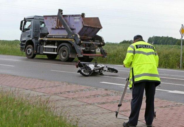 <p>Gegen 17.30 Uhr war die Unfallstelle beräumt, sodass die Straße wieder freigegeben werden konnte.</p>