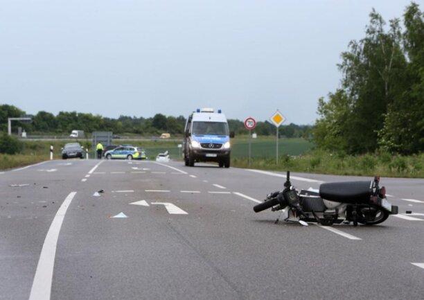 <p>Laut Polizei missachtete der 79-Jährige mit seinem Moped ein Stoppschild und kollidierte daraufhin mit einem Lkw.</p>