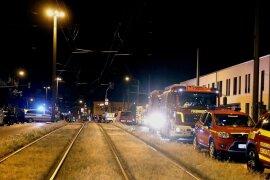 <p>Polizei und Feuerwehr sind in der Nacht zum Donnerstag in der Nähe des Fundortes einer Fliegerbombe im Einsatz. Die Bergung einer fünf Zentner schweren Fliegerbombe in Dresden verzögert sich nach einer Teilexplosion erneut.</p>