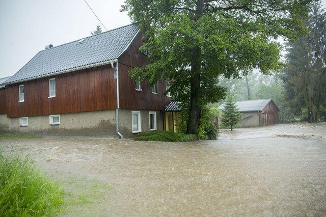 <p>In Adorf/V. wird dieses Haus von den Fluten umspült.</p>