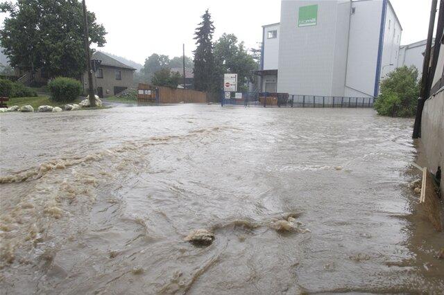 <p>Der Kirchweg in Straßberg wurde zum Fluss.</p>