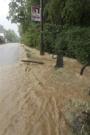 <p>...&nbsp;floss das Wasser bis in den Ortskern.</p>