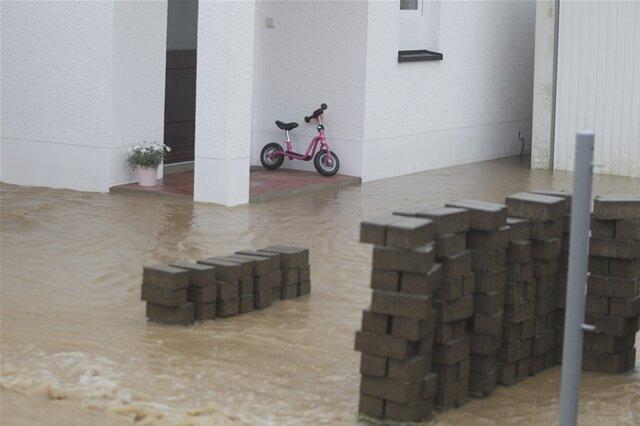 <p>An manchen Stellen fehlten nur noch Zentimeter, bis das Wasser in die Häuser lief.</p>