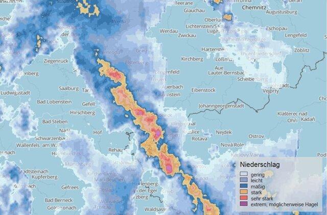 <p>Die relativ schmale Gewitterfront kam nur langsam voran - entsprechend heftig waren in einigen Orten die Regenfälle.</p>