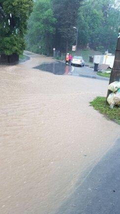 <p>Die Chamissostraße in Plauen stand unter Wasser.</p>