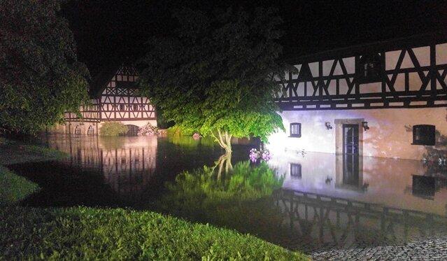 <p>Flussabwärts in Weischlitz wurde&nbsp;Freitagfrüh das&nbsp;sanierte Alte Gut von den Fluten der Elster umspült.</p>