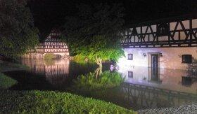 <p>Flussabwärts in Weischlitz wurdeFreitagfrüh dassanierte Alte Gut von den Fluten der Elster umspült.</p>