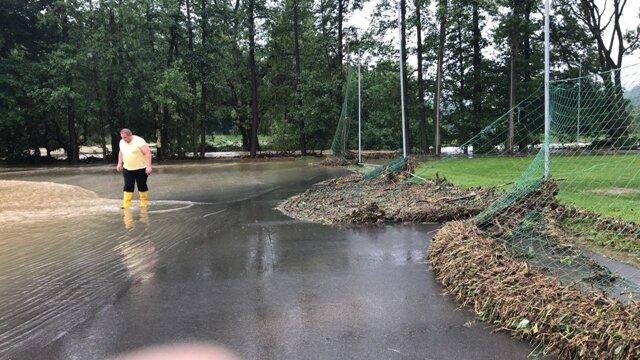 <p>Auch auf dem Sportplatz in Weischlitz gab es wieder Überschwemmungen.</p>