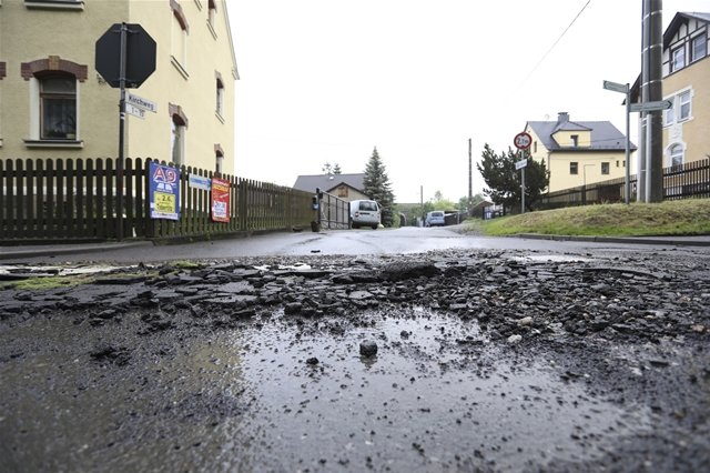 <p>Aufgebrochene unterspülte Straße am Kirchweg&nbsp;im Plauener Stadtteil Straßberg</p>