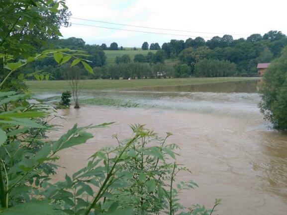 <p>Im Elsterberger Ortsteil Noßwitz strömen Wassermassen übers Gras. Die Ortszufahrt war stundenweise überflutet und gesperrt. Das Ausmaß der Überflutung ist auch auf den folgenden Fotos zu sehen.</p>