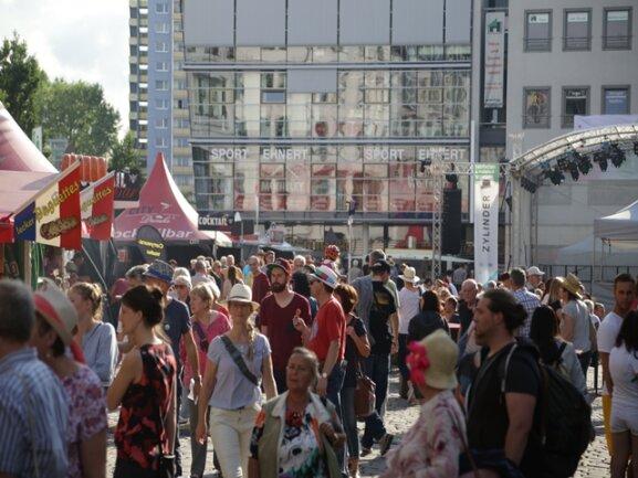 <p>Anlässlich des Festivals zeigt sich die Innere Klosterstraße schon einmal als die Kneipenmeile, die sie mittelfristig werden soll.</p>