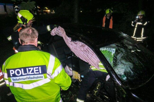 <p>Die Straße blieb für die Rettungsarbeiten zwei Stunden vollgesperrt.</p>