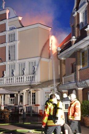 <p>Bei den Löscharbeiten erlitten drei Feuerwehrleute Rauchvergiftungen, Besucher und Mitarbeiter des größten deutschen Freizeitparks wurden wohl nicht verletzt.</p>