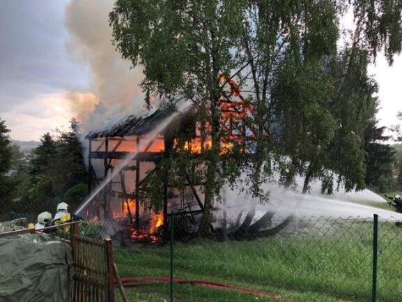 <p>Die zehn mal fünf Meter große und acht Meter hohe Scheune sei komplett niedergebrannt, berichtete ein Polizeibeamter im Zwickauer Lagezentrum.</p>