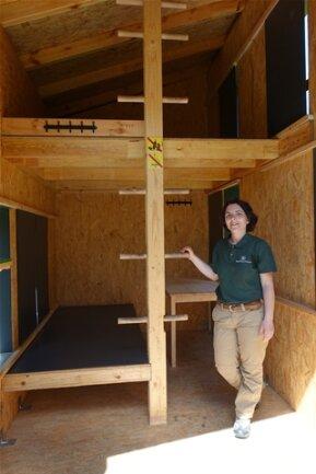 <p>So siehts drinnen aus: Kerstin Rödiger vom Sachsenforst zeigt die Biwakhütte am Zschirnstein.</p>