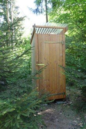 <p>Ein Toilettenhäuschen gibt es auch, mit Trockenklo.</p>