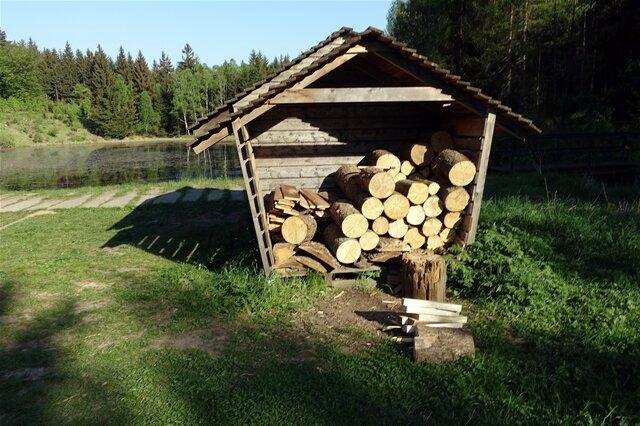 <p>Feuerholz und eine Feuerstelle gibt es hier auch.</p>
