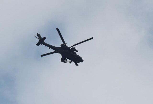 """<p>Auch diesen """"Apache"""", einen bewaffneten US-Kampfhubschrauber,bekam er vor die Linse des Teleobjektivs.</p>"""
