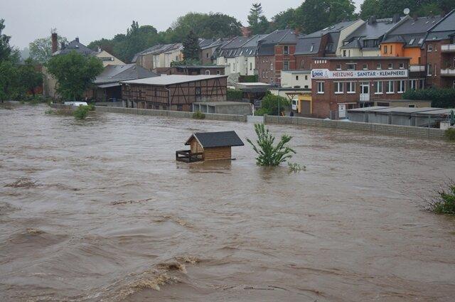 <p>Die nach dem 2002er-Hochwasser installierte Schutzmauer schützte die Häuser in diesem Teil von Wilkau-Haßlau vor den Fluten, nur die Gärten standen unter Wasser.</p>