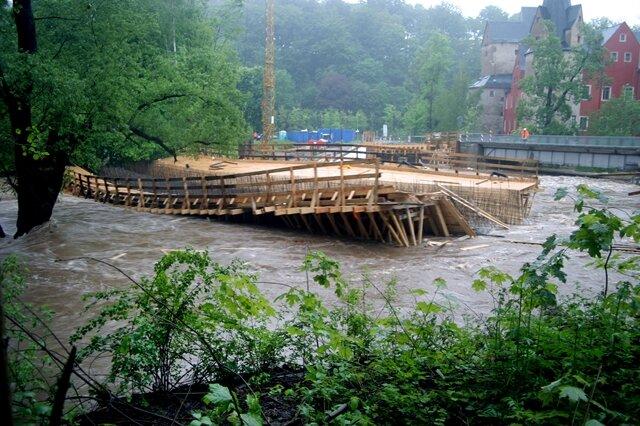 <p>Die Holzschalung für die neue Muldenbrücke im Hartensteiner Ortsteil Stein wurde 2013 komplett von den Fluten mitgerissen.</p>