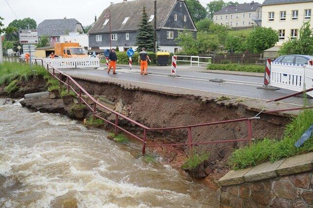 <p>Teile der Uferbefestigung, des Fußweges und der Fahrbahn waren vor fünf Jahren an der Hartmannsdorfer Hauptstraße weggerissen worden.</p>