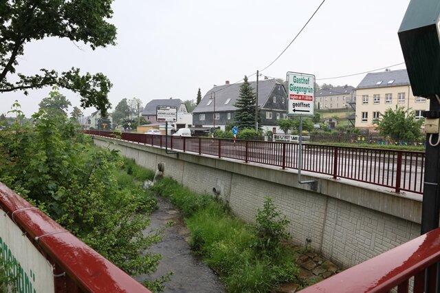 <p>Noch 2013 wurde der Schaden beseitigt. Die Sanierung der Staatsstraße hat etwa drei Millionen Euro gekostet.</p>