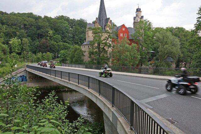 <p>Nach dem Hochwasserschaden verzögerte sich der Brückenneubau deutlich. Außerdem entstanden gut 265.000 Euro Mehrkosten.</p>