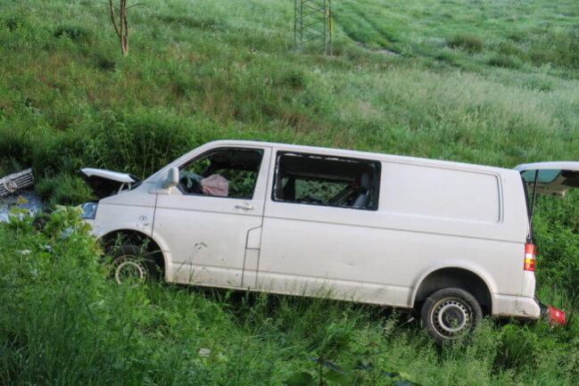 <p>Das Fahrzeug war daraufhin im angrenzenden Straßengraben auf der Seite liegen geblieben. Der Fahrzeugführerhatte offensichtlich den Unfallort widerrechtlichverlassen.</p>
