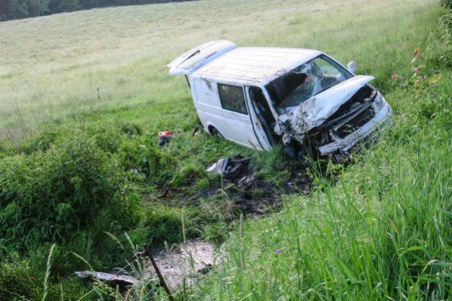 <p>Die Ermittlungen zum Unfallhergang sowie zum Verbleib des Fahrers dauernan.</p>