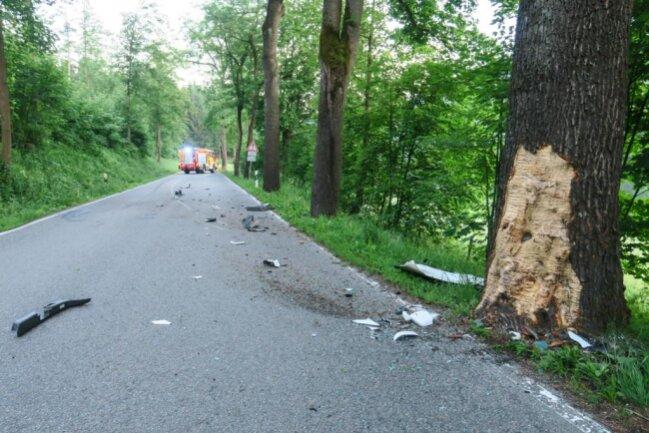 <p>Wie die Polizei mitteilte war der VW etwa einen Kilometer vor dem OrtseingangBlauenthal nach rechts von der Fahrbahn abgekommen und mit einem Baum kollidiert.</p>