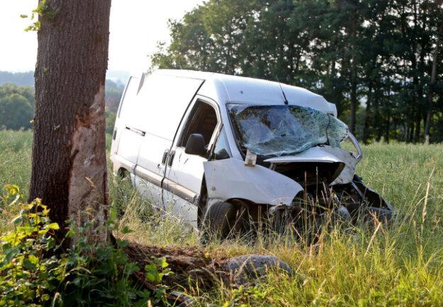 <p>Offenbar war der Mann mit seinem Fahrzeug in einer Linkskurve von der Fahrbahn abgekommen.</p>