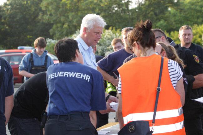 <p>Auf dem Festplatz sammeln sich Einsatzkräfte und Helfer.</p>