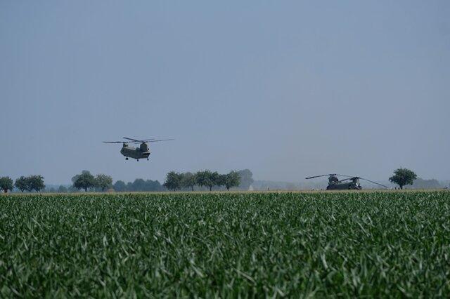 """<p>Am Dienstag landete auf dem Acker bei Delitzsch noch ein weiterer """"Chinook"""".</p>"""