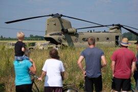 """<p>Der notgelandete """"Chinook"""" ist inzwischen zum Ausflugsziel geworden. Aber die Schaulustigen müssen Abstand halten.</p>"""