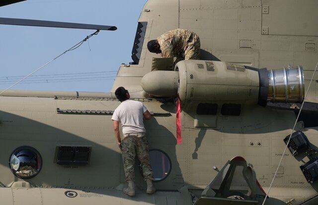 <p>Das Getriebe des Hubschraubers mit seinen zwei Hauptrotoren ist defekt. Es soll an Ort und Stelle gewechselt werden. Das wird mehrere Tage dauern.</p>