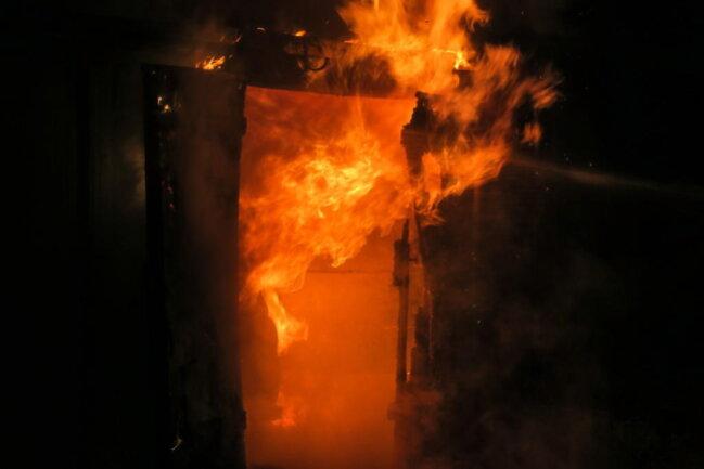"""<p xmlns:php=""""http://php.net/xsl"""">Die Kameraden konnten die Flammen schnell löschen.</p>"""