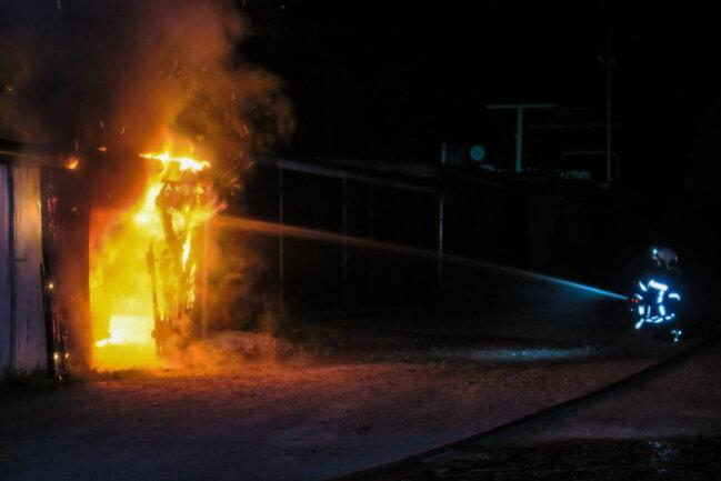 """<p xmlns:php=""""http://php.net/xsl"""">Als die Einsatzkräfte eintrafen, brannte in der Garagenanlage an der Schneeberger Straße der Peugeot in voller Ausdehnung.</p>"""