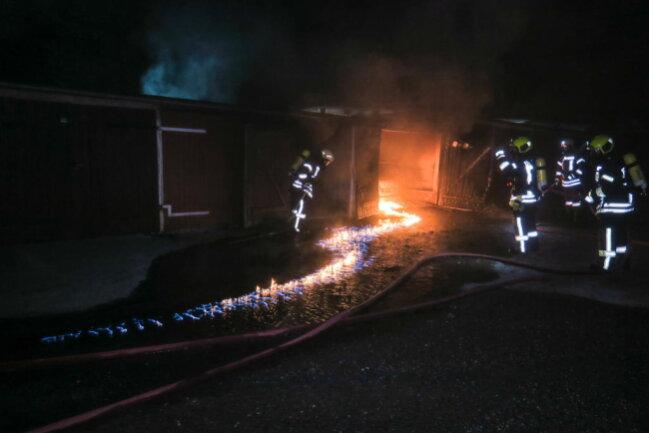 """<p xmlns:php=""""http://php.net/xsl"""">Laut Polizei wurden durch das Feuer noch vier weitere Garagen beschädigt.</p>"""