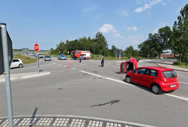 <p>Dabei stieß sie mit einer ihr auf der Hauptstraße entgegenkommenden Pkw-Fahrerin zusammen. Das entgegenkommende Fahrzeug wurde durch den Aufprall umgekippt und die Fahrerin dadurch verletzt.</p>