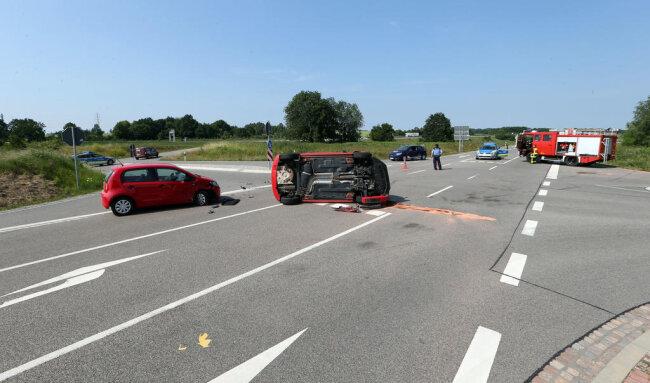 <p>Es handelt sich um den dritten Unfall innerhalb kurzer Zeit an dieser Stelle. Erst in der vergangenen Woche wurden drei Menschen verletzt, als zwei Autos miteinander kollidierten. Davor kam an der Kreuzung ein 79-jähriger Mopedfahrer ums Leben. Laut Polizei war er mit einem Lastwagen zusammengeprallt, weil er ein Stoppschild übersehen hatte.</p>