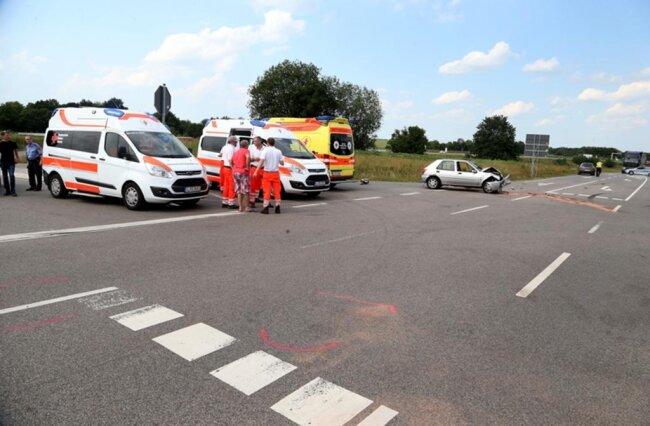 <p>Die Frau war auf der Meeraner Straße in Richtung Meerane unterwegs, als sie auf der Kreuzung mit einem von links kommenden Alfa Romeo zusammenstieß.Beide Fahrzeuge gerieten ins Schleudern, wobei ein Moped in den Unfall verwickelt wurde.</p>