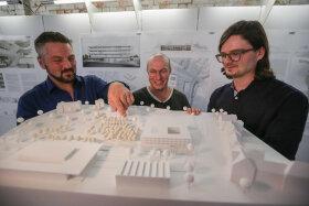 <p>Geschäftsführer Peter Jarisch mit Michael Klemm und Michael Baer (von links) vom Architektenbüro Code Unique Architekten aus Dresden am Modell ihres Siegerentwurfs. Vorn links: neue und alte Hartmannhalle.</p>