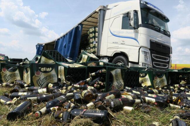 <p>Ersten Informationen zufolge streifte gegen 12.20 Uhr etwa drei Kilometer nach der Anschlussstelle Hartenstein in Richtung Stollberg ein mit Bierkisten beladener Laster einen Pannen-Lkw.</p>