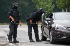<p>Auf der Suche nach einem mutmaßlich bewaffneten 29-Jährigen fahndet die Polizei am Dienstag mit einem Großaufgebot in einem ausgedehnten Waldstück an der A4 in Pleißa, das bis an den Rabensteiner Wald reicht.</p>