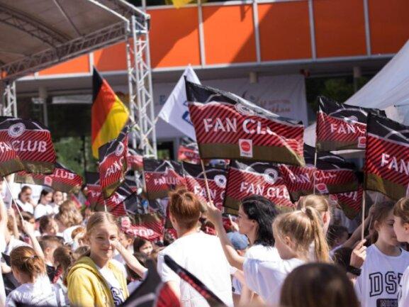 <p><b>Sommerfest</b><br /> Schüler, Lehrer und Gäste der deutschen Schule Moskau stimmen sich bei einem Sommerfest schon mal auf die WM ein. Der DFB und die Deutsche Schule Moskau unterzeichneten einen Kooperationsvertrag über eine Fördersumme von 80.000 Euro zur Unterstützung über die kommenden vier Jahre. Foto:Christian Charisius<br /> 14.06.2018 (dpa)</p>